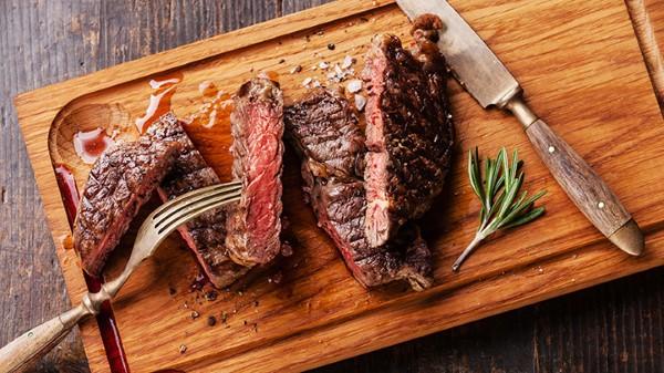 Tránh ăn thịt chưa nấu chín kĩ