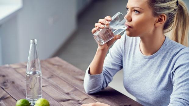 Uống đủ nước tốt cho sức khỏe của mắt